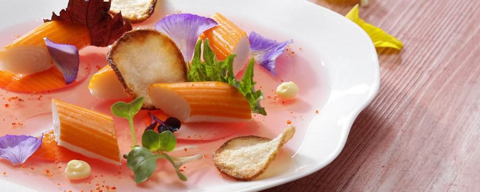Rosace de Surimi Marine, Eau de tomate gélifiée Mayonnaise gingembre Shiso et Chips croustillants